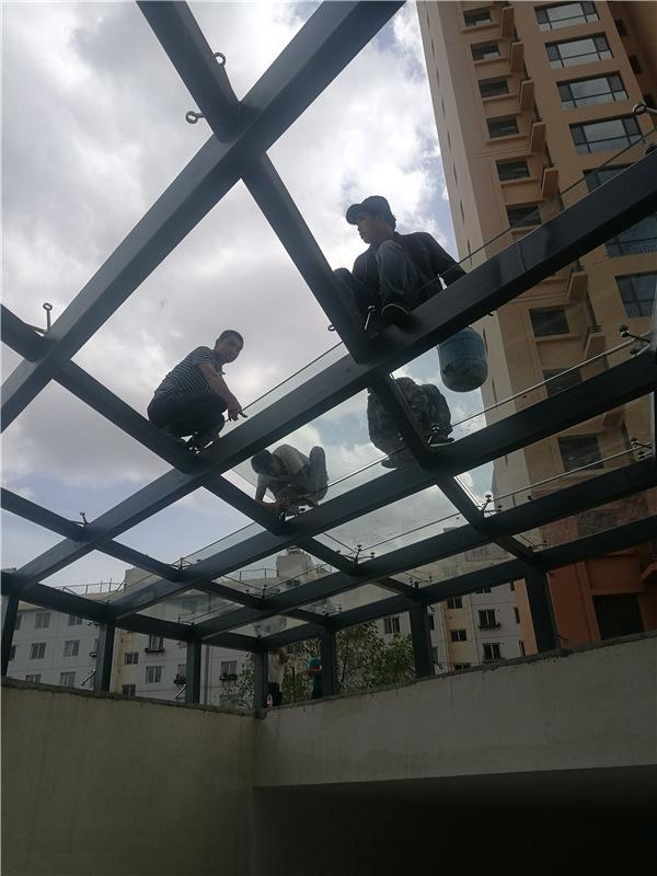 西安万博手机官网雨蓬在施工中